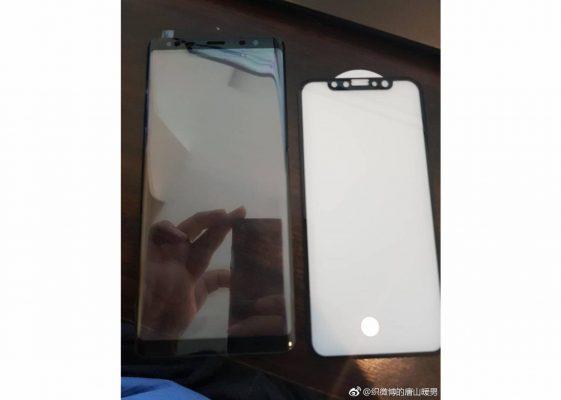 Samsung Galaxy Note 8 si mostra in foto con iPhone 8